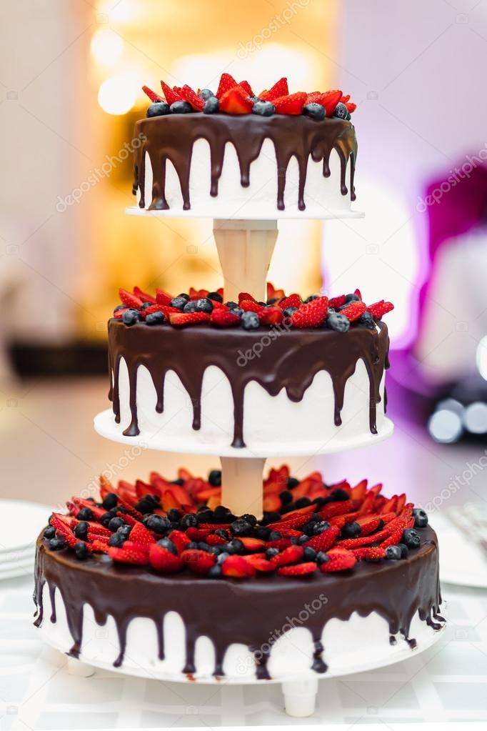 Hochzeitstorte In Schokolade Mit Erdbeeren Und Heidelbeeren