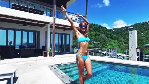 lány pózol a medencénél