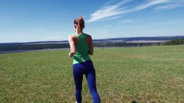 žena běhání v parku