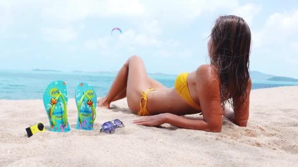 nő egy trópusi tengerparton