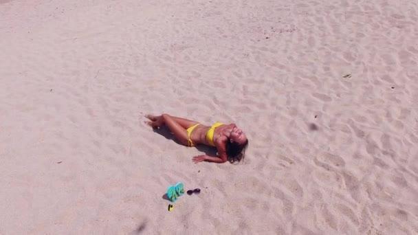žena na tropické pláži