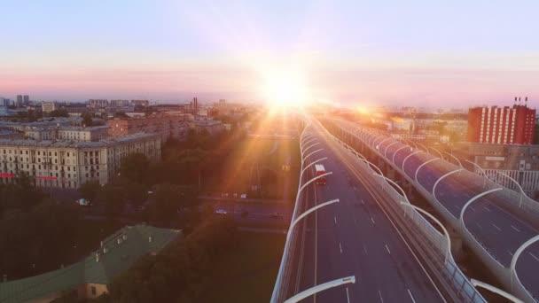Letecký pohled na silnici silnice ve velkém městě při západu slunce