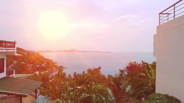Overwater Villa Balkon mit Blick auf grüne tropische Lagune. Luftbild