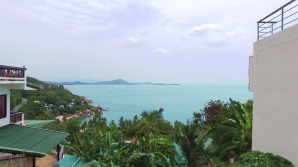 Overwater Villa Balkon mit Blick auf grüne tropische Lagune. Luftbild.