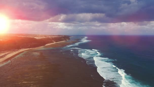 Naplemente a strandon, az óceánra és a hatalmas hullámok. Légifelvételek. Bali Indonézia
