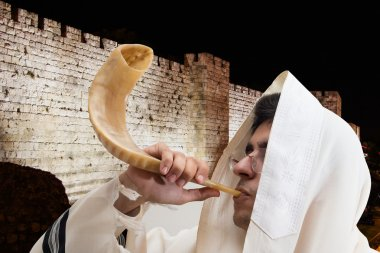 Man blows the shofar