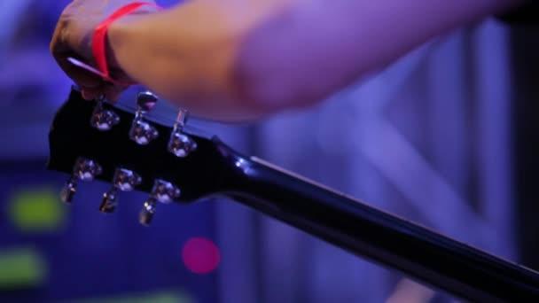 Střední zastřelen ARM hudebního ladění elektrickou kytaru na koncertě