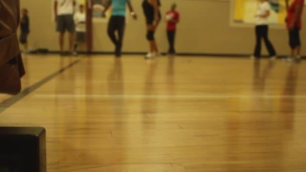Indoor volejbal hra blízko Net na dřevěnou podlahu