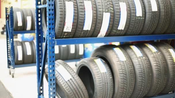 Hromádky pneumatik v obchodě