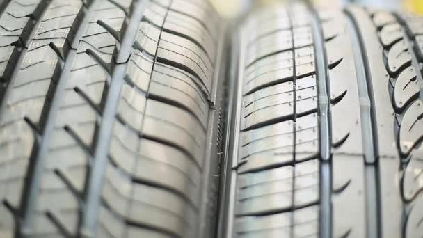 Detail pneumatiky a pak hromadu pneumatik v zádech