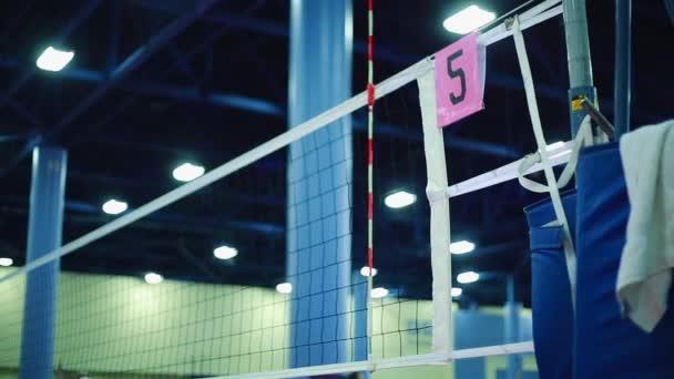 Volleyball Net am innen-Hof während des Trainings — Stockvideo ...