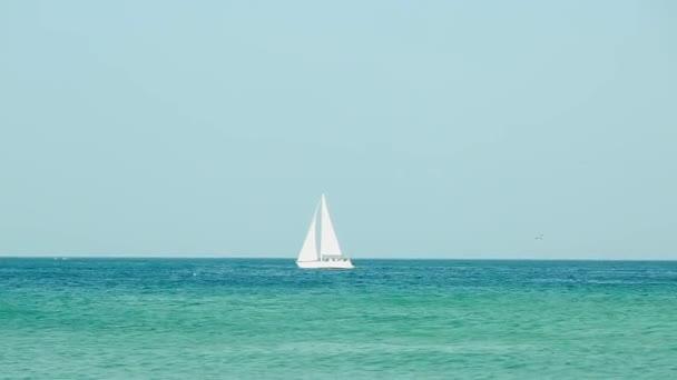 Krásná plachetnice kolem na nádherný oceán vody