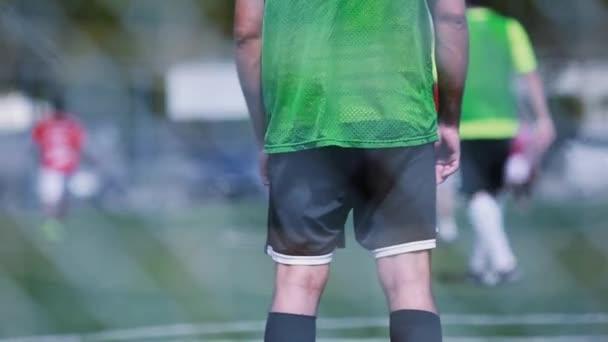 Záběr zezadu brankáře během fotbalového zápasu