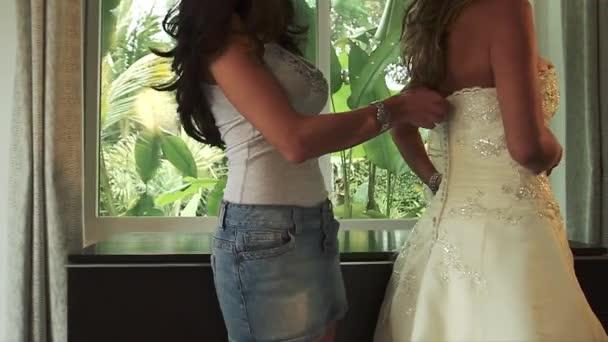 Nevěsta je pomohl s krásnou svatební šaty