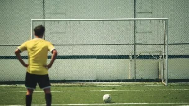Fotbalista praktikování kope míč do sítě
