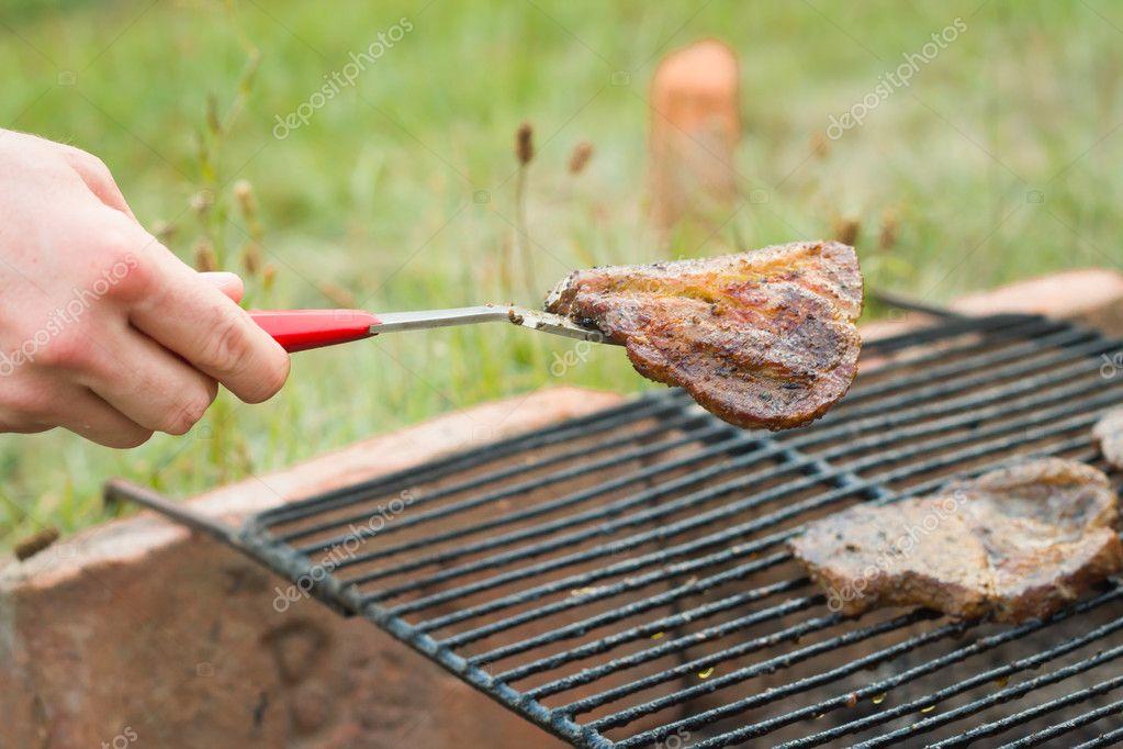 Junger Mann Fleisch Vom Hausgemachten Garten Grill Nehmen Und Geben U2014  Stockfoto