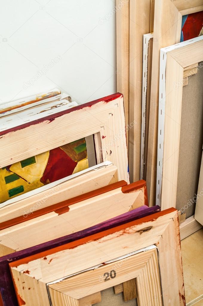 Galerie verpackt leere Leinwände auf Holzrahmen - Bahre Bar ...