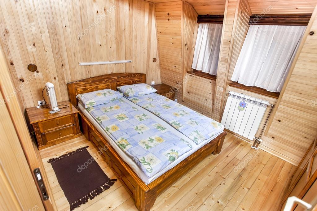 Traditionele houten interieur met tafel en armaturen mountain