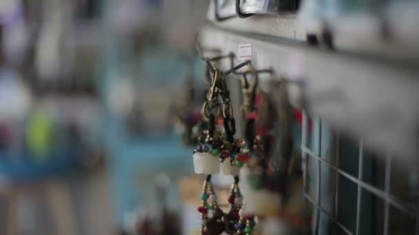 ženská ruka s šperky z pokladničky