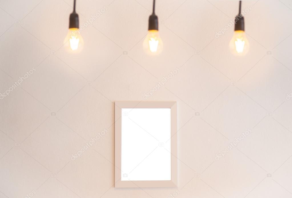 Cornice in bianco su uno sfondo bianco con illuminazione di