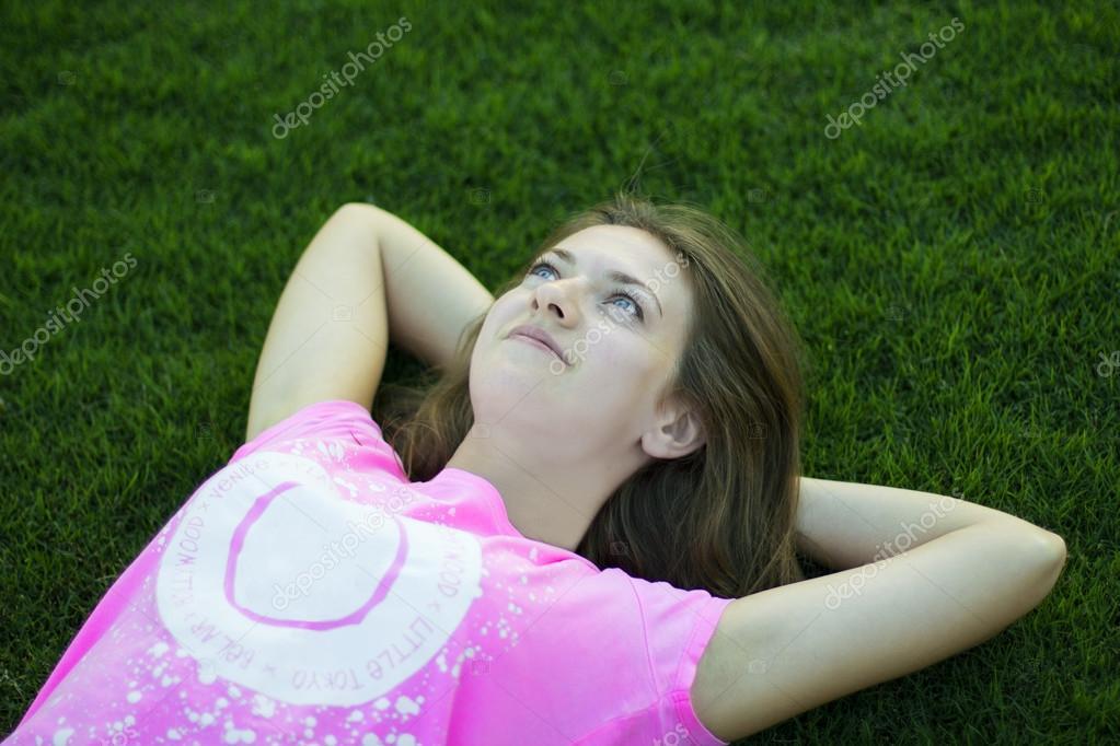 dünne junge Teenager-Mädchen entspannend auf dem Rasen