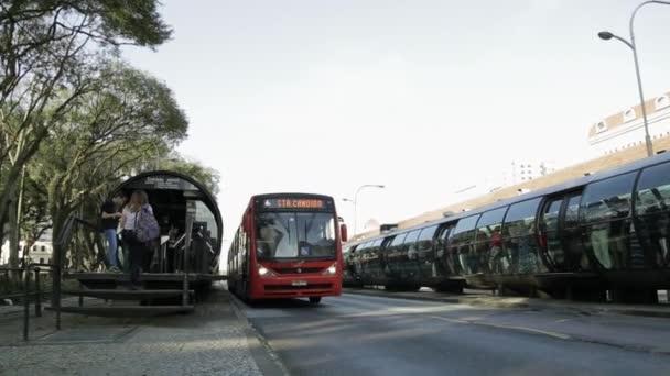 Lidé palubu linkový autobus v Curitiba