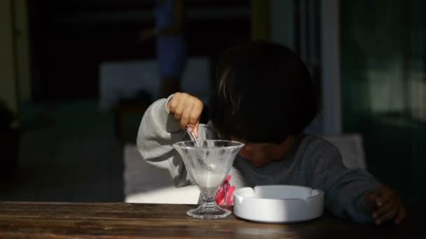 holčička jíst zmrzlinu