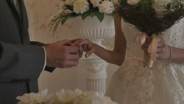 La cerimonia di nozze. La sposa e lo sposo. Linterno è bellissimo