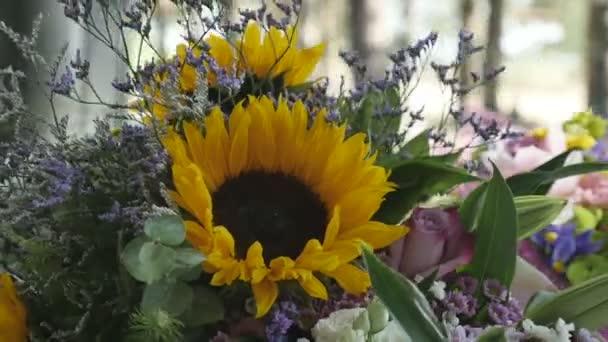 Součástí návrhu svatebního obřadu velké kytice ve váze