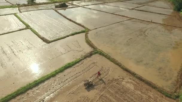 Thajské farmář pomocí pěší traktoru