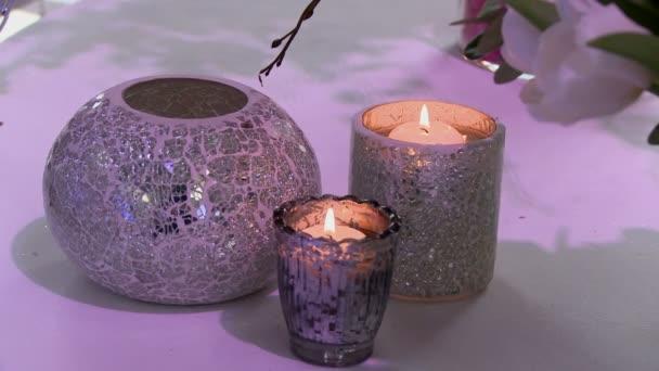 Zdobené svícny jako interiérové prvky