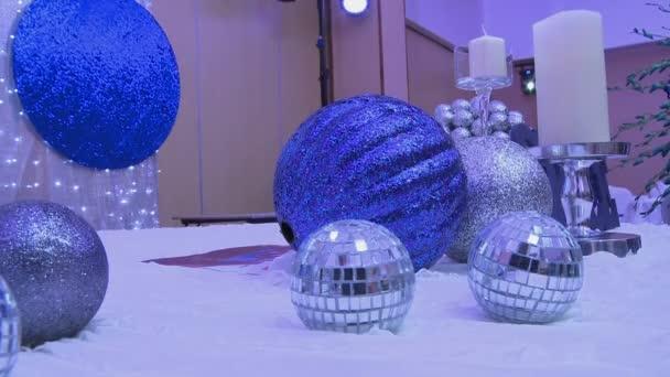 Sváteční interiér zdobí lesklé modré koule