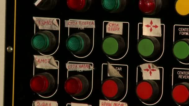 Pohled z barevných tlačítek na ovládacím panelu