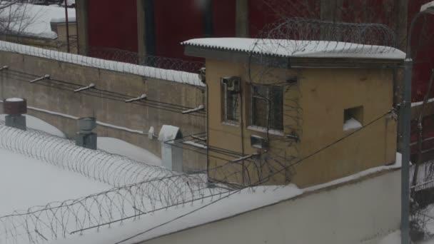 Strážní budky za plotem s ostnatým drátem