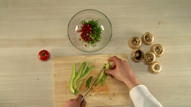 Vaření potravin. Pohled shora šéfkuchaře škrty avokádo
