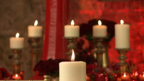 Ansicht von brennenden Kerzen auf Rosen Hintergrund
