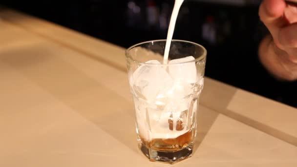 Zobrazit barmanskou přidávání mléka do koktejlu