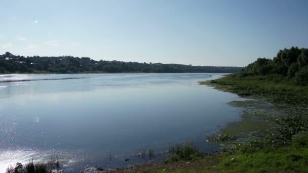 Malebný pohled na letní řeky a malé město