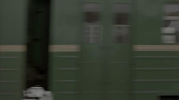 vlak odjíždí z vlakového nádraží