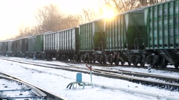 nákladní vlak dál zimní kolejnici