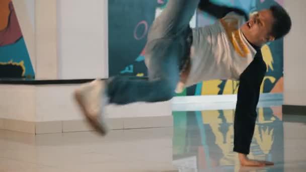 Mladý muž tančí breakdance