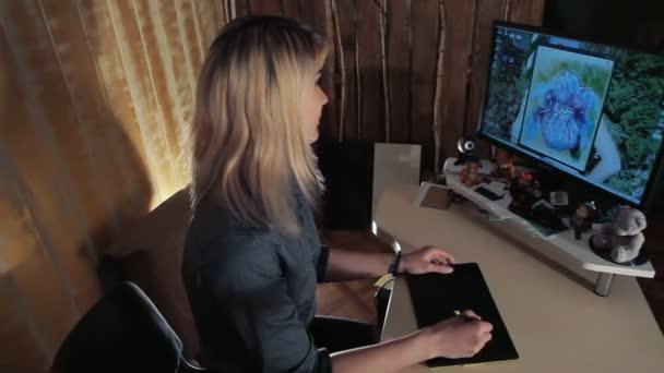 Návrhář dívka čerpá na grafický tablet