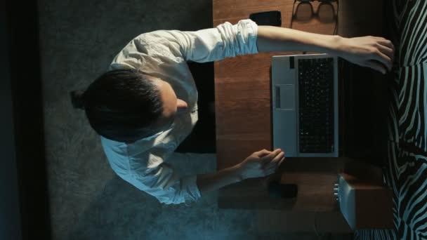 podnikatel se otevře notebook a nosí brýle