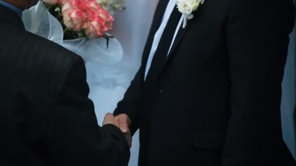 Muži v oblecích potřesení rukou