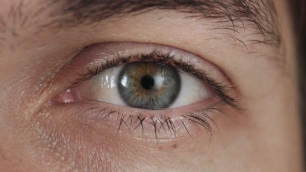 Detail oka mužů. Zornice oka zužuje