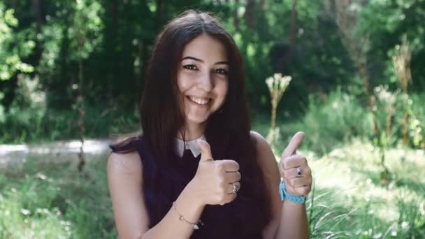 krásná brunetka ukazuje palec