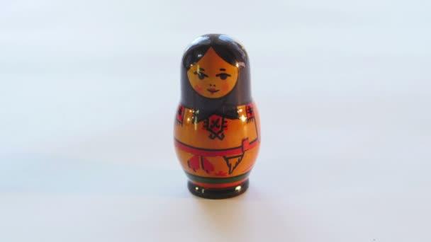 Ruská matrjoška panenka otáčí na bílém pozadí v rozlišení 4k