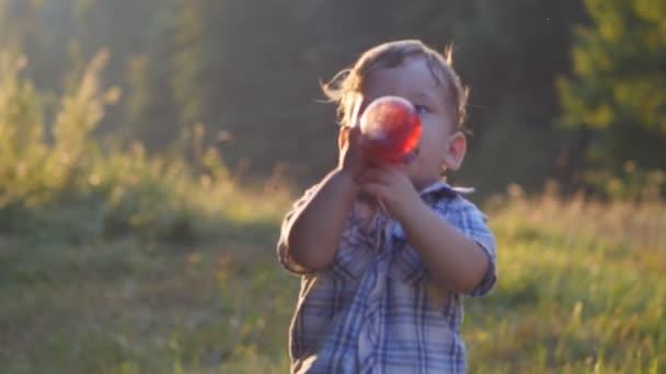 portrét dítěte pití šťávy z láhve