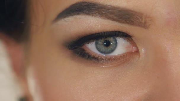 extrémní detail ženské oko s profesionální make-up