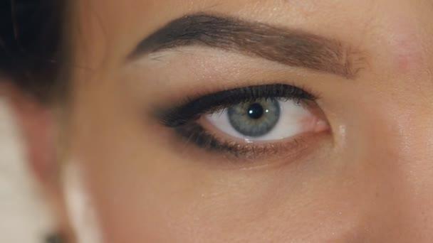 extrémní detail ženské oko s profesionální make-up v pomalém pohybu
